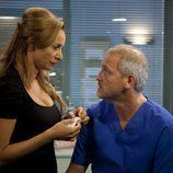 Mar Regueras junto a Jordi Rebellón en una escena de la temporada 20 de 'Hospital Central'