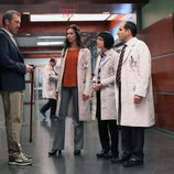 El Dr. House con sus compañeros en el capítulo 8x21 de 'House'