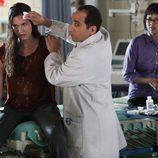 El Dr. Chris Taub en el capítulo 21x8 de 'House' curando a sus compañeras