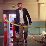 Gregory House camina por el hospital en el capítulo 8x21 de 'House'