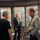 El actor Hugh Laurie en el capítulo 8x22 de 'House'