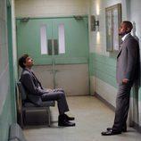El Dr. Eric Foreman y el Dr. James Wilson en el episodio 8x22 de 'House'