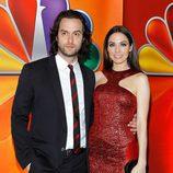 Cris D` Elia y Whitney Cummings en los Upfronts 2012 de NBC