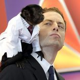 El mono Crystal y Justin Kirk en los Upfronts 2012 en NBC