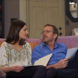 House sentado en el sofá con su mujer