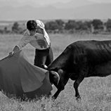 Alberto Aguilar toreando en blanco y negro
