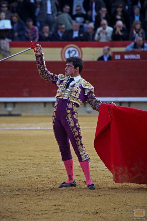 El torero alza su brazo en la plaza de toros