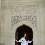 Pastora Soler posa en la mezquita de Baku