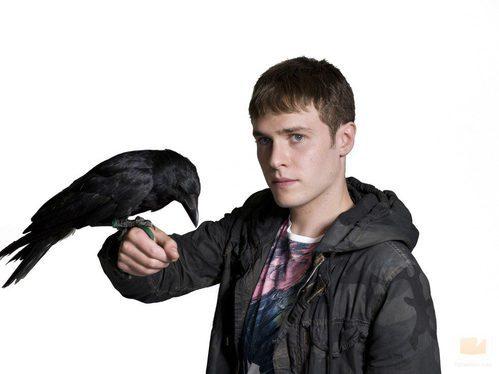 Iain De Caestecker, protagonista de 'The Fades' con un cuervo en la mano