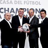 Maldini, Michael Robinson, Nacho Aranda y Carlos Martínez sostienen un balón de la Champions