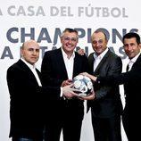 Maldini, Michael Robinson, Nacho Aranda y Carlos Martínez sonrientes en la presentación de la Champions