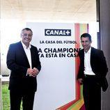 Plano conjunto de los presentadores Michael Robinson y Carlos Martínez