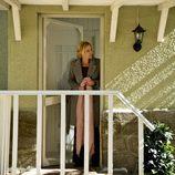 Sara sale de su casa con un fular rosa