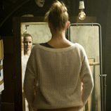 Leire se mira en el espejo