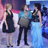Laura Campos entrega el maletín de ganador de 'Gran Hermano' a Pepe Flores