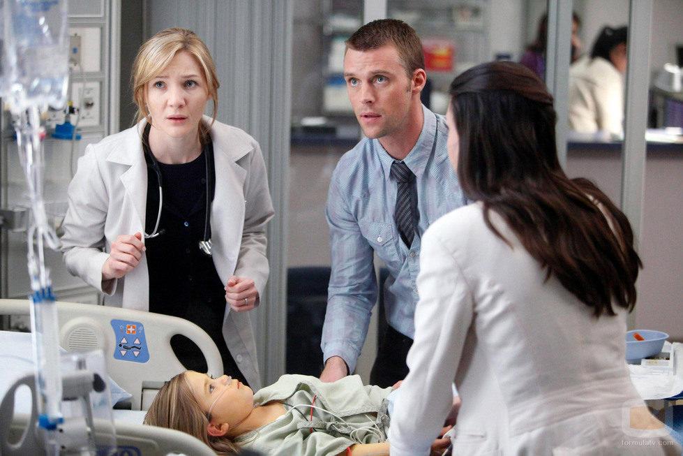 El doctor Chace y la doctora Adams junto a la madre de su paciente