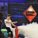 Justin Bieber con un extintor
