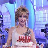 Emma García, sonriente, muestra una tarta con el número 1.000