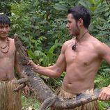 Víctor sujeta un cocodrilo