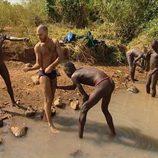 Antonio en el río en 'Perdidos en la tribu'