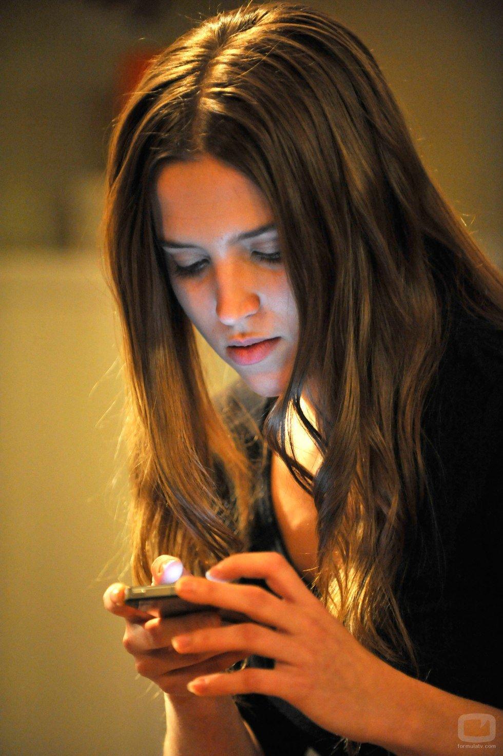 Sandra mira su móvil en el capítulo final de la serie