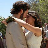 Tristán y Pepa se besan durante su boda