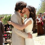 Tristán y la partera se besan ante la mirada de Raimundo