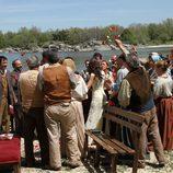 Tiran arroz a los novios después de la ceremonia