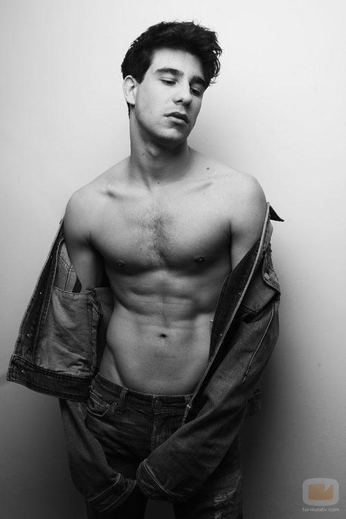 Javier Calvo con el torso desnudo para Overlay Magazine