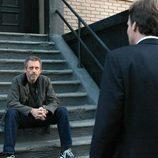 House habla con Wilson sentado en unas escaleras
