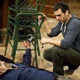 Fran Perea junto a Cesar Goldi herido en 'Luna, el misterio de Calenda'