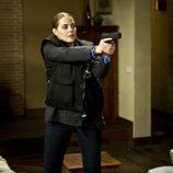 Maria Cantuel apunta con su pistola en 'Luna, el misterio de Calenda'