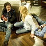 Sara y Raúl hablan junto al cuerpo de Fernando en 'Luna, el misterio de Calenda'
