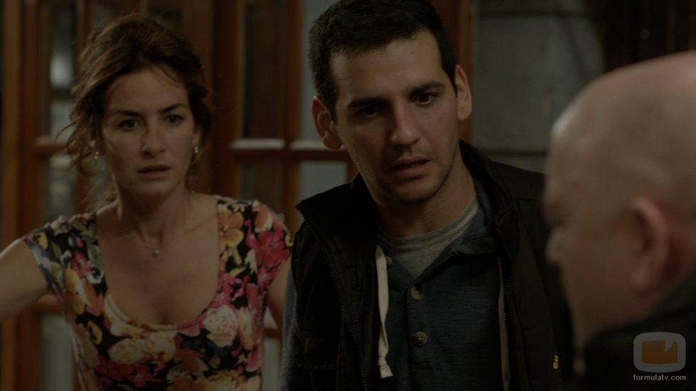 Nacho y Carola observan a Basilio