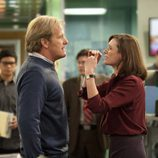 Emily Mortimer y Jeff Daniels discuten en 'The Newsroom'