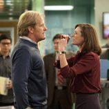 Emily Mortimer y Jeff Daniels discuten en 'The Newsroom'