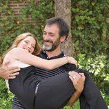 Miquel García Borda con Diana Gómez en brazos