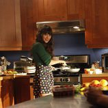 Zooey Deschanel en la cocina del set de 'New Girl'