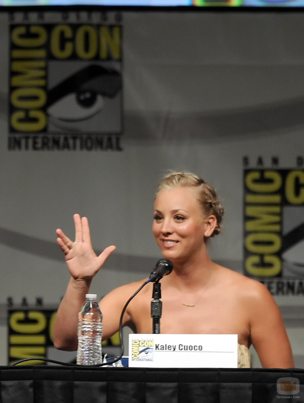 Kaley Cuoco saluda como Spock en la Comic-Con 2012
