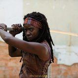La actriz Danai Gurira en una escena de 'The Walking Dead'