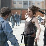 Maggie, en plena lucha contra un zombie en 'The Walking Dead'