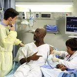 Miranda Bailey cose a un paciente en 'Anatomia de Grey'