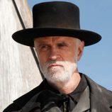 El reverendo Nathaniel Cole (Tom Noonan)