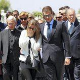 Susana Uribarri llora desconsolada en el funeral de su padre