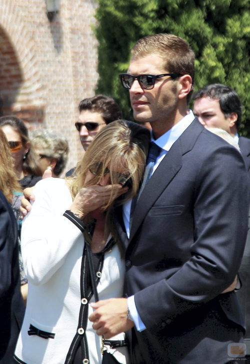 Darek consuela a su pareja, Susana Uribarri
