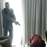 """Bill apunta a una mujer con su pistola en el episodio """"Piloto"""" de  'Alphas'"""