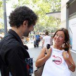 Juanra Bonet con una concursante de 'Lo sabe, no lo sabe'