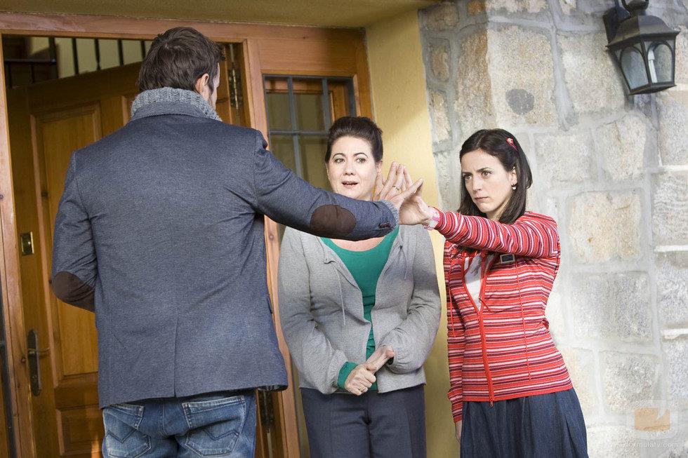 Pablo trata a Lola bajo la atenta mirada de Dolores
