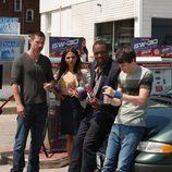 Cameron, Rachel, Bill y Gary toman un refresco en 'Alphas'