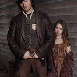 Kevin (Tom Weston-Jones y Annie (Kiara Glasco)